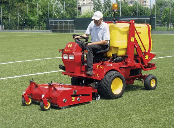 Campi Da Calcio In Erba Naturale Le Macchine Per La Manutenzione